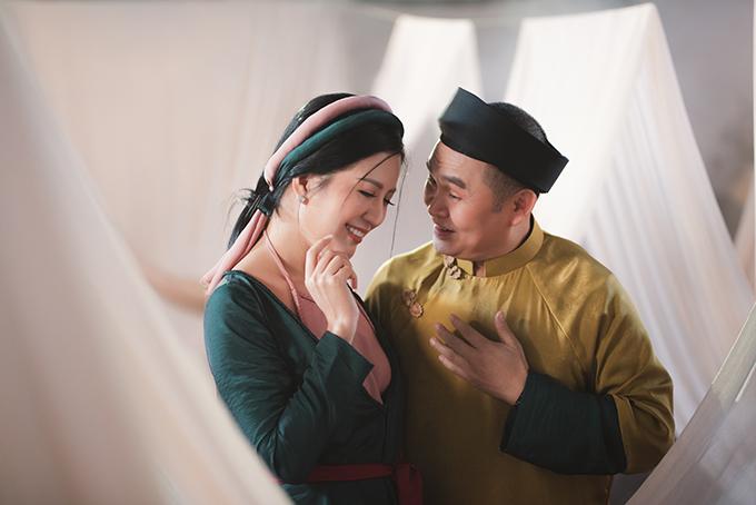 Nghệ sĩ Xuân Hinh và Đinh Hiền Anh tình tứ trong MV.