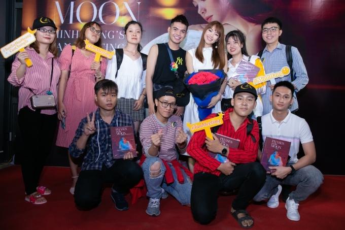 Minh Hằng chụp ảnh cùng các fans.