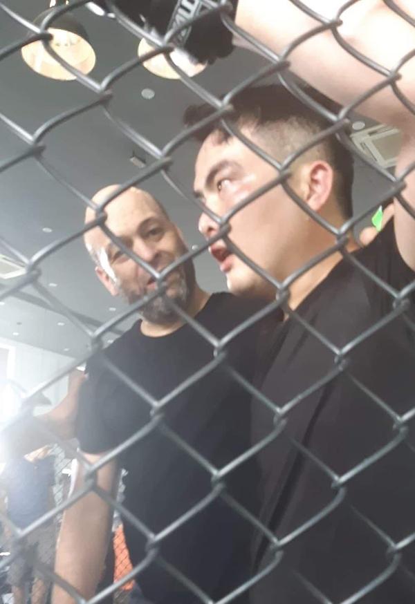 Flores và võ sĩ Lưu Cường trên sàn đấu. Ảnh: FB.