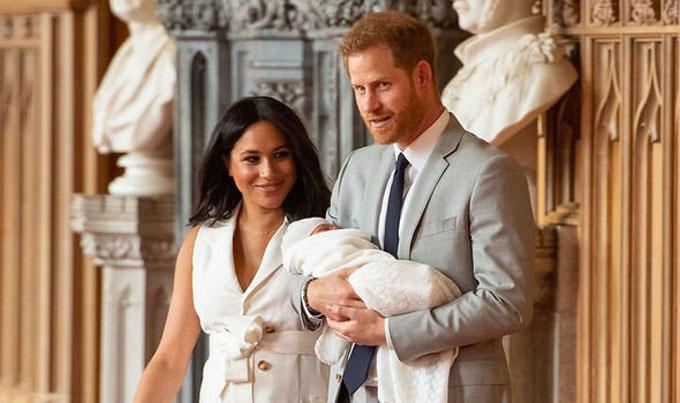 Vợ chồng Harry - Meghan giới thiệu con trai Archie trước báo giới sau khi bé chào đời được hai ngày. Ảnh: PA.