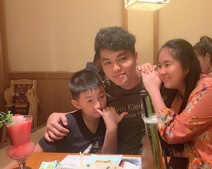 Lê Phương cùng chồng trẻ Trung Kiên và con trai đi ăn tối.