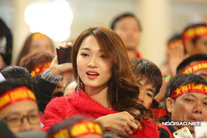 Ngọc Nữ trên khán đài cổ vũ Phan Văn Đức trong trận chung kết lượt về AFF Cup 2018. Ảnh: Đương Phạm.