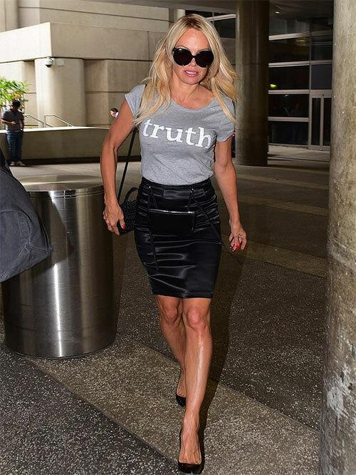 Pamela Anderson mặc áo in chữ sự thật khi ra sân bay rời Pháp sau khi kết thúc tình yêu với danh thủ kém 18 tuổi.