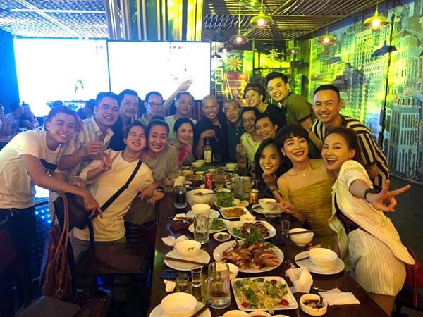 Thu Quỳnh cùng ekip phim Về nhà đi con.