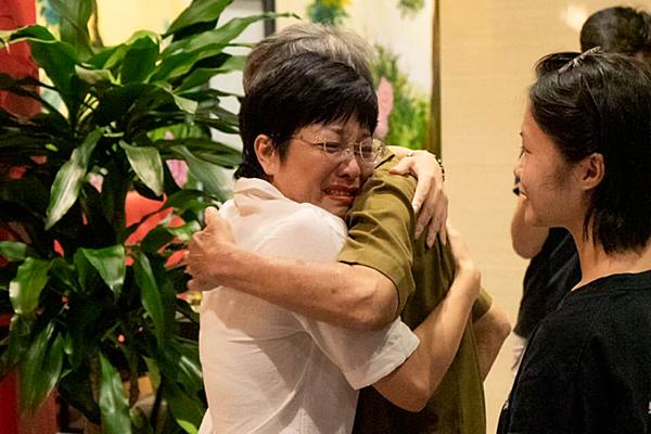 Thảo Vân xúc động khi gặp bố mẹ chồng cũ.