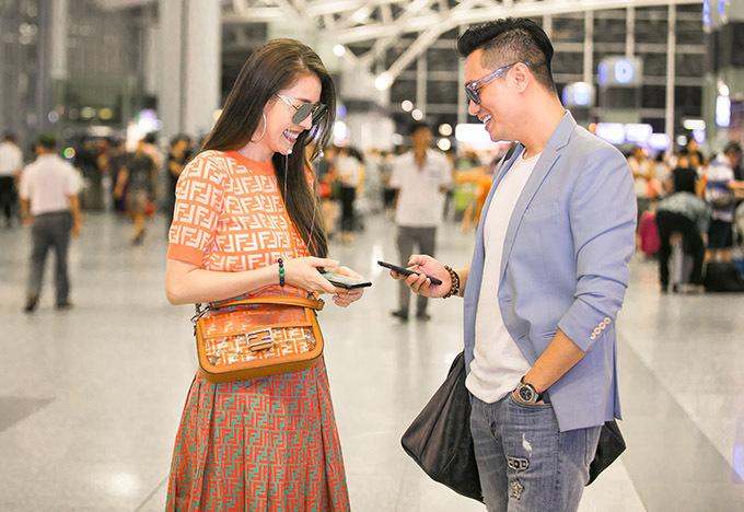 Diễn viên Người phán xử vui vẻ cười nói, trò chuyện cùng Quế Vân ở sân bay.