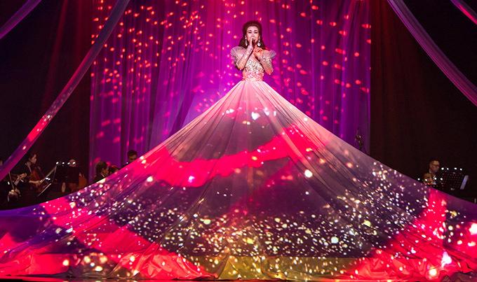 [Caption Đó cũng là lúc chương 3 mang đậm màu sắc Broadway được mở ra, Memory, Mashup: City of Stars - When you beli  When you believe, Love is an open door, Never Enough, A million dreams... Hàng loạt ca khúc đòi hỏi kĩ thuật thanh nhạc cao vẫn không làm khó được Võ Hạ Trâm, như chính sự trân trọng mà đạo diễn Trần Vi Mỹ dành cho tài năng của cô mà quyết định đồng hành trong live show lần này. Từ những ca khúc Pop, đến nhạc cổ điển, bán cổ điển...Võ Hạ Trâm đều tự tin thể hiện nó như chính bản thân cô, rất tự tin và mang lại cảm xúc cho người nghe. Và sau cùng, Võ Hạ Trâm đã khẳng định được vị trí riêng của cô qua bài hát kết Live show mang tên This Is Me.