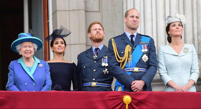 Nữ hoàng và hai cặp vợ chồng cháu trai William - Kate và Harry - Meghan trên ban công Điện Buckingham dự lễ kỷ niệm 100 năm ngày thành lập lực lượng Không quân hoàng gia RAF hồi tháng 7/2018. Ảnh: PA.