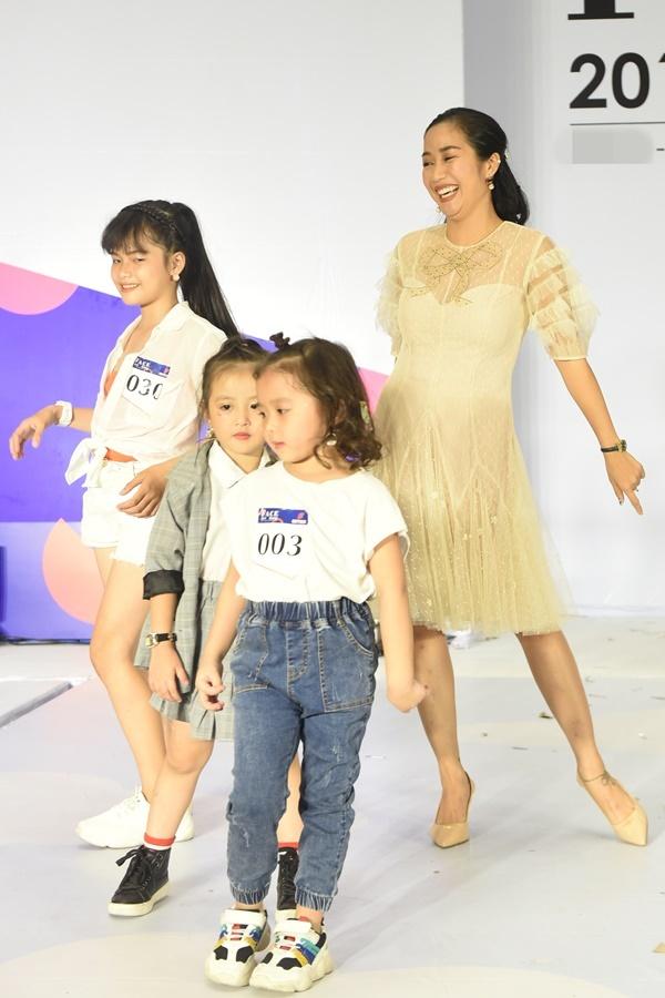 Ốc Thanh Vân lên sân khấu thị phạm catwalk cho các thí sinh. Nữ MC còn nhảy múa, chơi đùa, giúp các em thoải mái tâm lý trước giờ dự thi.