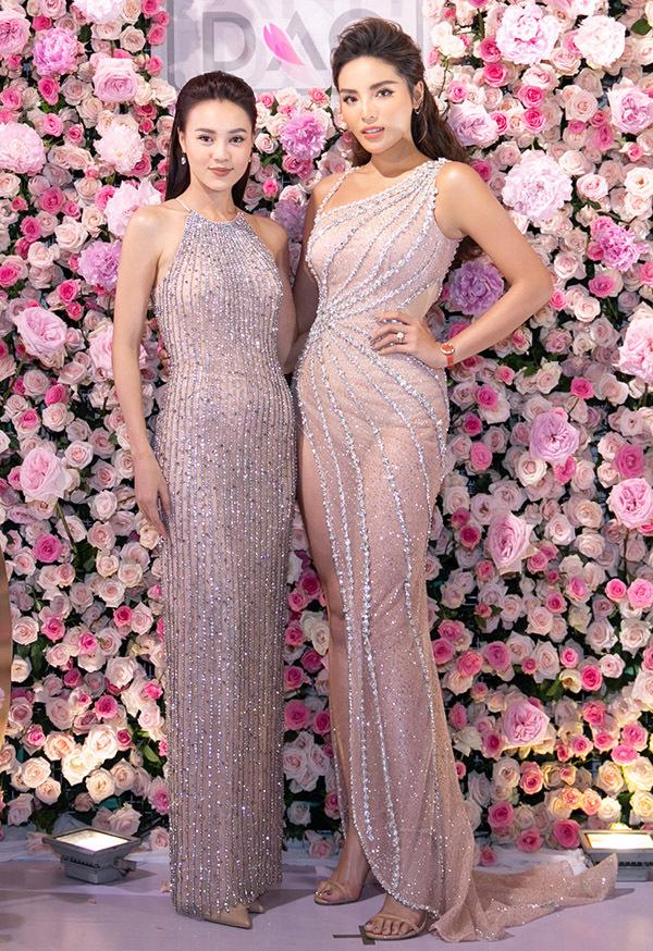 Kỳ Duyên và Lan Ngọc quen biết từ chương trình Quý ông hoàn hảo. Hai người đẹp rất vui khi hội ngộ tại sự kiện tối 29/6.