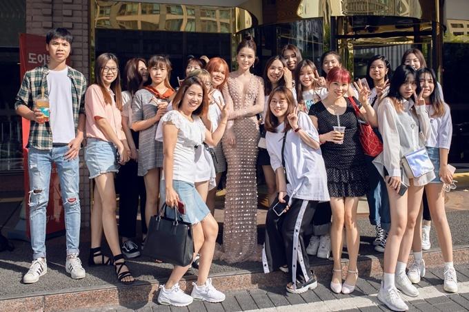 Nữ diễn viên chụp ảnh và giao lưu cùng người hâm mộ tại Hàn Quốc.