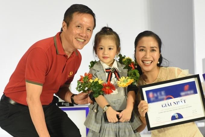 Kết thúc phần thi, Ốc Thanh Vân trao giải thưởng và chụp ảnh cùng các thí sinh.