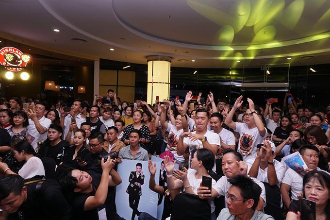 Rất nhiều khán giả ở lại đến cuối chương trình để ủng hộ và giao lưu với nam ca sĩ.