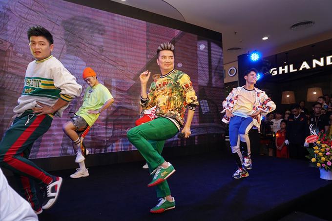 Một lát sau, Đàm Vĩnh Hưng thay trang phục trẻ trung, màu sắc để biểu diễn trong sự reo hò của khán giả.