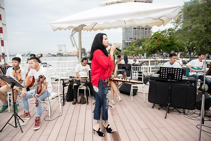 Trong show diễn lần này, Thanh Lam sẽ biểu diễn cùng 50 nhạc công. Theo hai nhà mốt, phần biểu diễn của diva sẽ góp phần mang lại cảm xúc thăng hoa cho show diễn tổ chức ở địa điểm lãng mạn của Sài Gòn.