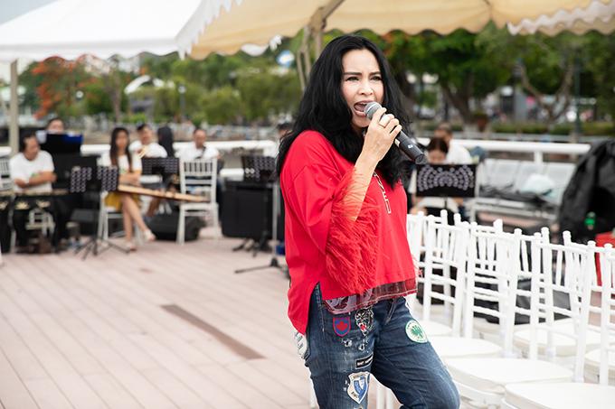 Diva Thanh Lam ăn mặc trẻ trung, chị chọn các phụ kiện hàng hiệu của Chanel, Hermes khi đến tập luyện cho chương trình thời trang.