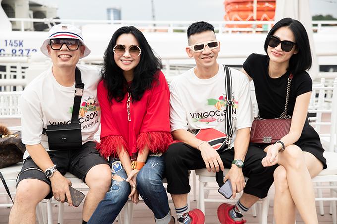 Thanh Lam (áo đỏ), hai nhà thiết kế Vũ Ngọc & Son và đạo diễn catwalk Thanh Trúc Trương ( váy đen).