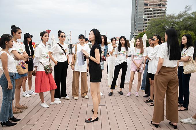 Trong show diễn cá nhân lần thứ 3, hai nhà mốt Việt đã tin tưởng và giao trọng trách đạo diễn catwalk cho người mẫu Thanh Trúc Trương (váy đen).