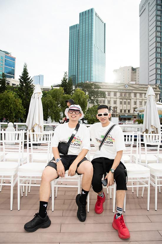 Chiều 29/6, hai nhà thiết kế Vũ Ngọc & Son tổ chức buổi tập luyện và tổng duyệt cho fashion show mang tên Lãng du trên bến Bạch Đằng (TP HCM).