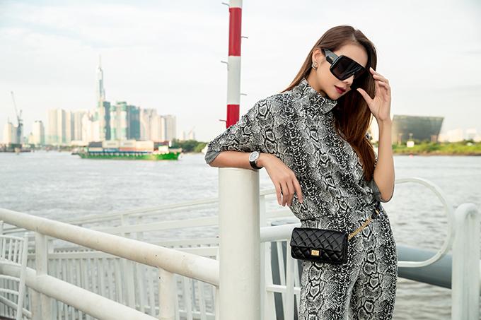 Thanh Hằng diện nguyên set đồ da trăn và chọn các phụ kiện mắt kính, túi xách hot trend để ghi điểm về phong cách thời trang.