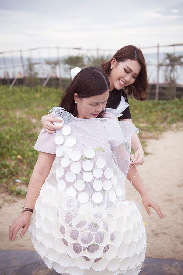 Mẹ của Hoa hậu Tường Linh cũng mặc thiết kế từ sản phẩm tái chế giống con gái. Đây là hoạt động nhằm kêu gọi toàn dân và khách du lịch bảo vệ môi trường, cảnh quan tuyệt đẹp của xứ sở hoa vàng trên cỏ xanh.