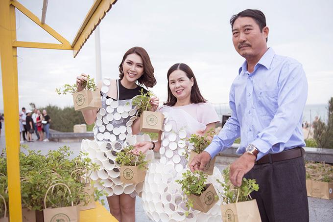 Gia đình người đẹp hãnh diện khoe cây cỏ đậu - loài cây biểu trưng cho mảnh đất Phú Yên. Tường Linhrất vui vì không những có gia đình ở bên mà rất đông bạn bè và người hâm mộ cũng có mặt tại sự kiện để ủng hộ cô.