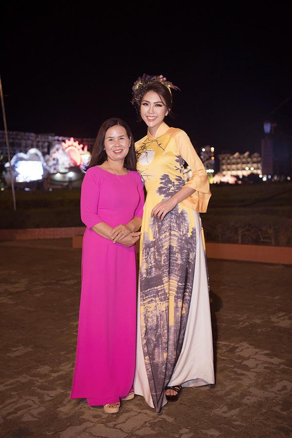 Tường Linh càng tự hào hơn khimẹcô cũng là đại biểu danh dự được mời tham dự chương trình với tư cách Nhà giáo ưu tú và đang ngồi dưới khán đài để theo dõi con gái biểu diễn.