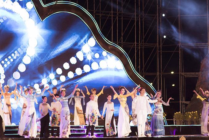 Khi trình diễn, Tường Linh bất ngờ thấy tên mình trên màn hình lớn và được MC giới triệu trang trọng là một trong những người con thành công của Phú Yên. Cô cảm thấy xúc động và vô cùng tự hào vì điều đó.