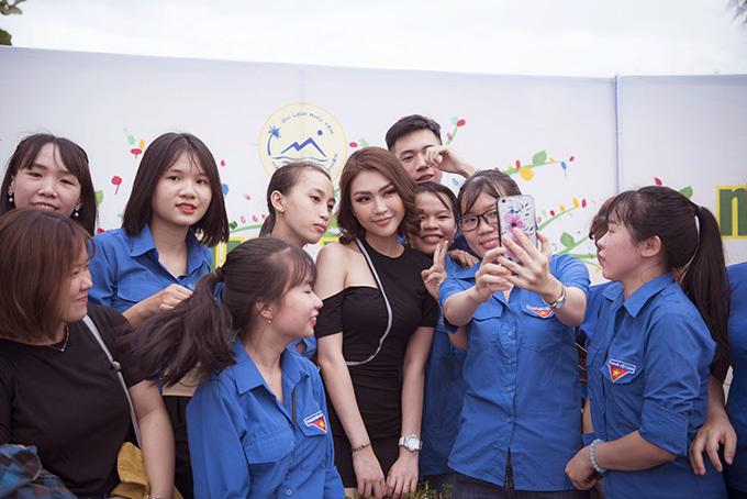 Người đẹp được nhiều bạn sinh viên nhận ra và xin chụp ảnh cùng. Tường Linh quê Phú Yên, thường được vinh danh làmột trong những người con ưu tú của xứ hoa vàng trên cỏ xanh.