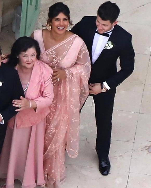 Cậu em trai Nick Jonas được trông thấy rạng rỡ bên vợ - Hoa hậu Thế giới Priyanka Chopra. Mỹ nhân Baywatch mặc trang phục truyền thống Ấn Độ.