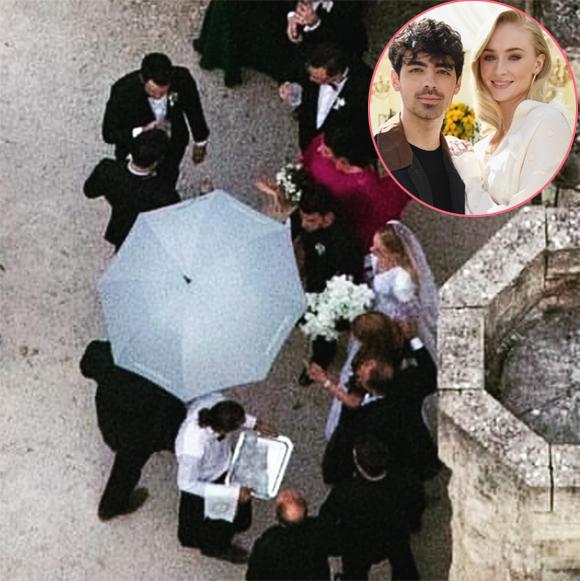 Một số hình ảnh đầu tiên trong đám cưới của Sophie Turner và Joe Jonas được hé lộ. Cô dâu diện váy trắng kiểu cổ điển trong khi chú rể mặc vest đen cài hoa trắng.