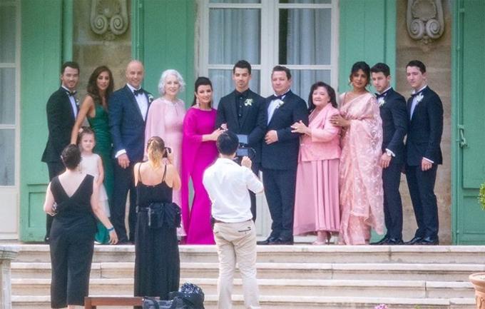 Gia đình Joe Jonas chụp ảnh kỷ niệm trước khi bắt đầu hôn lễ.