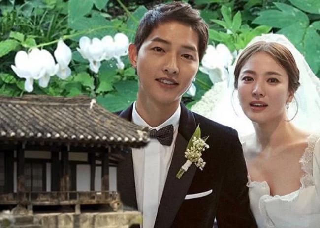 Nhà Song Joong Ki ở quê, nơi lưu giữ nhiều hình ảnh của cặp đôi khi đóng Hậu duệ mặt trời. Kể cả khi cặp đôi đã chia tay, trong nhà vẫn trưng bày những hình ảnh này.