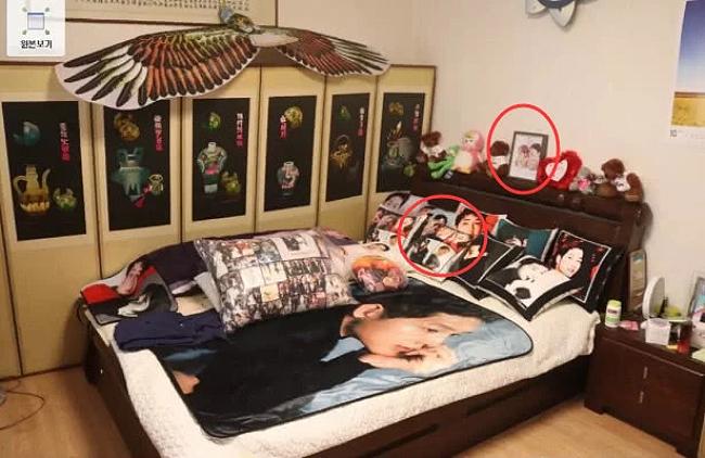 Ảnh Song - Song trong căn phòng ngủ.