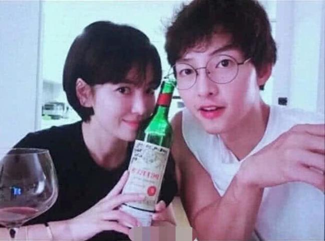 Ảnh chụp vợ chồng Song Hye Kyo - Song Joong Ki bên nhau hạnh phúc hồi tháng 9 nămngoái.