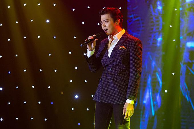Lân Nhã thể hiện các ca khúc nhạc Việt và nhạc ngoại, khoe giọng hát đầy nội lực.