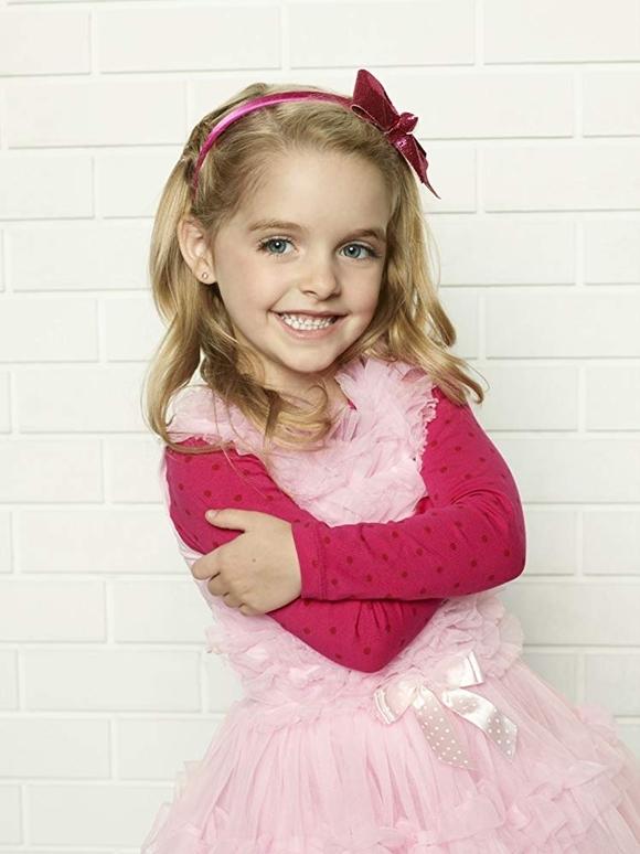 Mckenna Grace sinh năm 2006 tại Mỹ, bén duyên diễn xuất chuyên nghiệp từ 6 tuổi với series Joe, Joe & Jane, trở nên quen mặt với khán giả qua một số phim của kênh truyền hình trả tiền Disney XD.