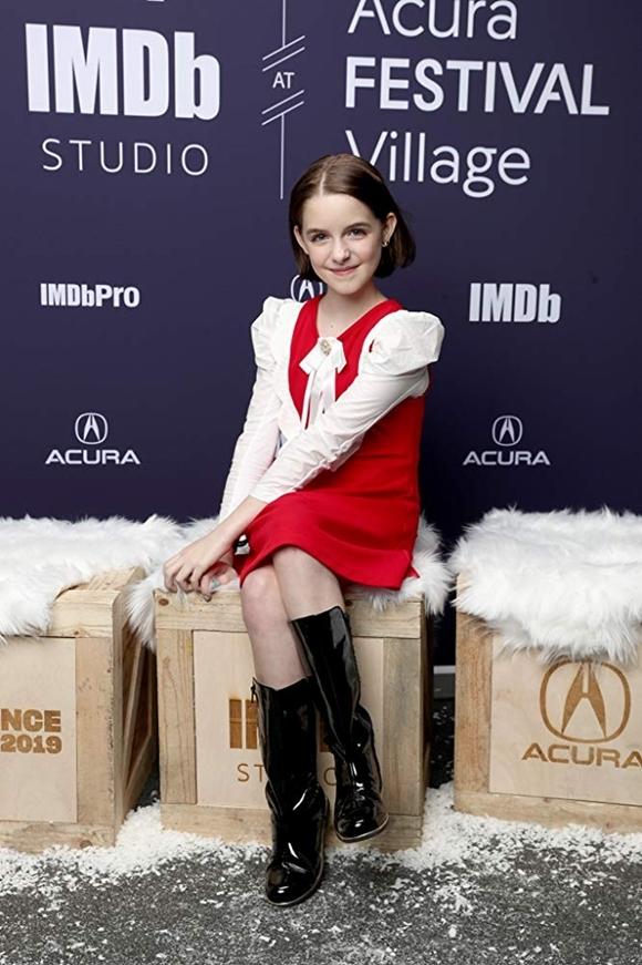 Cô bé luôn xuất hiện đầy bản lĩnh khi đóng phim hay dự sự kiện. Mới đây, em xác nhận đóng chính kiêm đồng sản xuất của phim Rabbit Cake, trở thành nhà sản xuất phim trẻ tuổi nhất trong lịch sử Hollywood.
