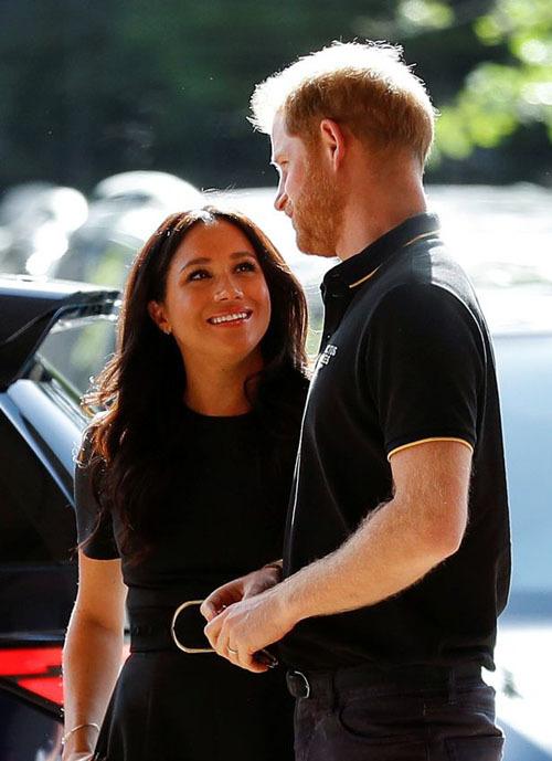 Việc Harry sẽ đến theo dõi trận đấu đã được báo trước, tuy nhiên sự xuất hiện của Nữ Công tước Meghan là một điều bất ngờ.