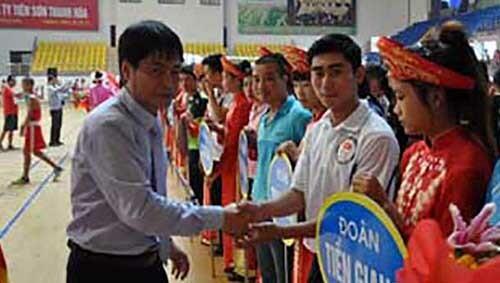 Ông Lê Văn Nam (trái) khi còn đương chức Phó giám đốcSở Văn hoá Thể thao và Du lịch tỉnh Thanh Hoá. Ảnh: Lam Sơn.