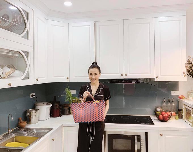 Diễn viên Phương Oanh khuyên mọi người nên dùng làn đi chợ để hạn chế dùng túi nilonthải ra môi trường.