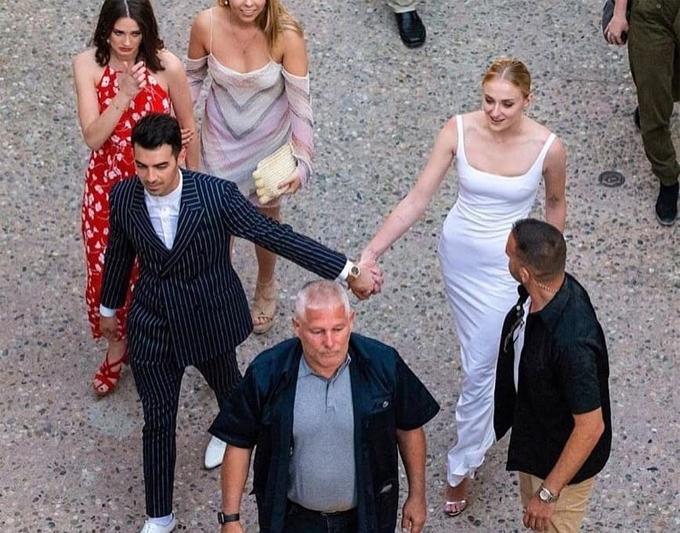Joe và cô đâu Sophie tay nắm tay trong buổi tiệc một ngày trước đó.