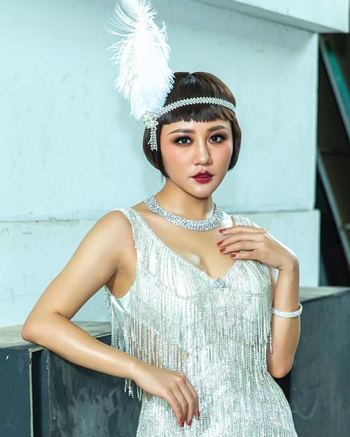 Văn Mai Hương khiến fan khó nhận ra với style make up mới.