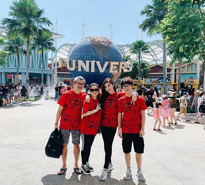 Tranh thủ những ngày rảnh rỗi khi em trai nghỉ hè, Huyền My cùng gia đình tới Singapore nghỉ dưỡng và không quên diện đồng phục cute: Khi bạn là fan của siêu anh hùngthì việc mua áo cho cả gia đình là Superman cũng là đương nhiên.