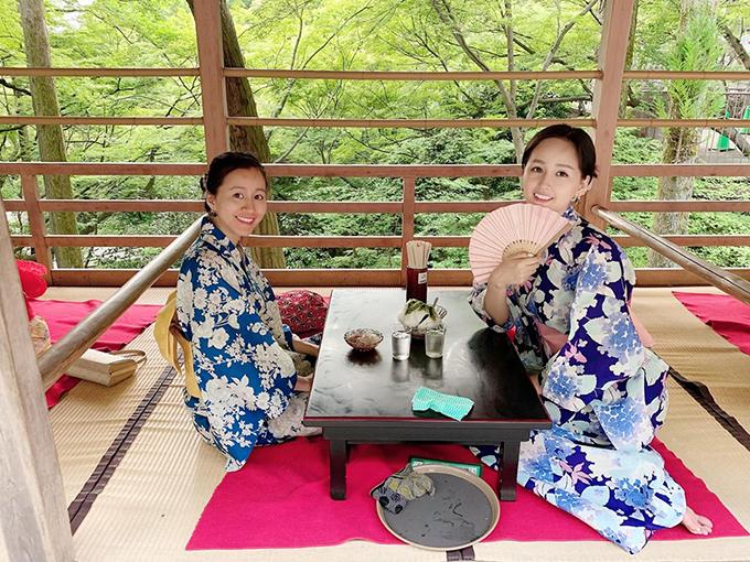Mai Phương Thuý diện kinomo, ngồi thưởng trà thanh tịnh ở Kiyomizu-dera, Kyoto (Nhật Bản).