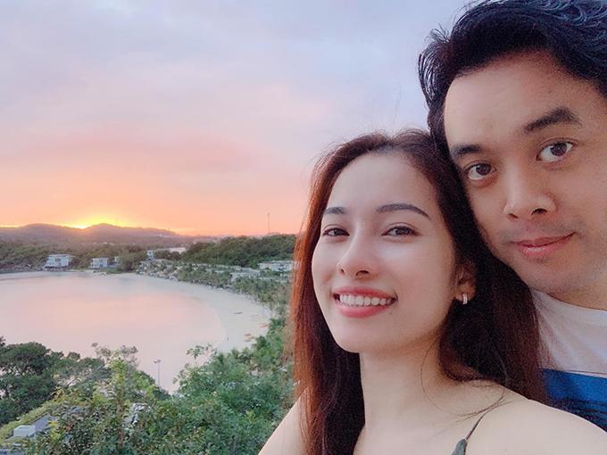 Nhạc sĩ Dương Khắc Linh và bà xã Sara Lưu đang có những kỳ nghỉ honeymoon kéo dài bất tận. Vừa trở về từ Singapore, Đà Nẵng, đôi vợ chồng son lại tớiPhú Quốc. Ăn tối trên biển cát trắng mà biển đánh đèn như phim trường chụp hình sống ảo nét căng, anh viết.