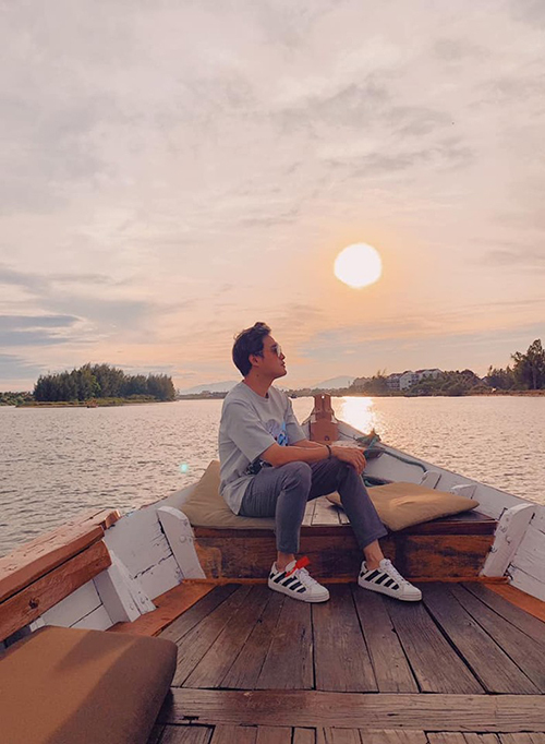 Hoàng tử sơn ca Quang Vinh đang có một mùa hè bận rộn với những chuyến đi liên tiếp. Vừa trở về từ Maroc, anh lại check in ở cánh đồng cẩm tú cầu Đà Lạt, lặn biển ở Nha Trang. Gần đây nhất, nam thần giới phượt thủ lại lênh đênh ngắm hoàng hôn trên sông Hoài (Hội An).