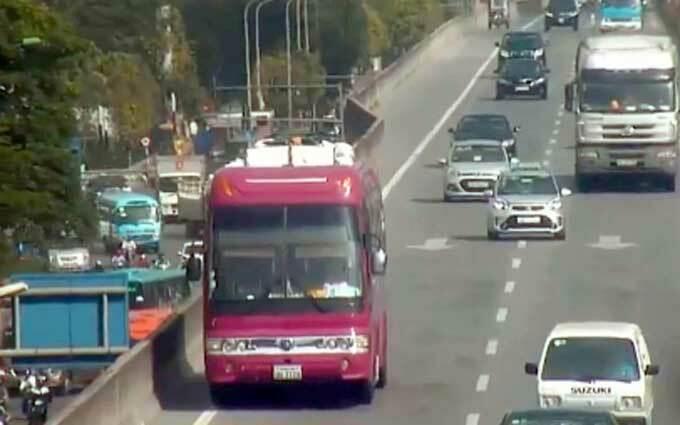Xe khách biển số Lào đi lùi 2km ở đường Vành đai 3 trên cao.Ảnh cắt từ clip