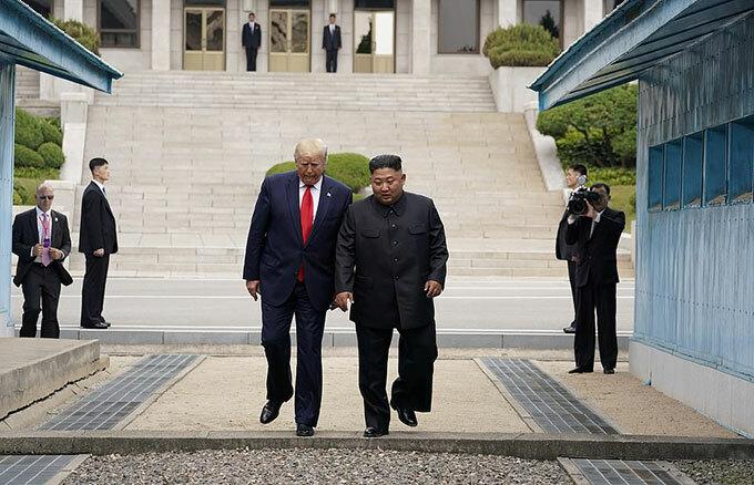 Tổng thống Mỹ Donald Trump và Chủ tịch Triều Tiên Kim Jong-un bất ngờ gặp nhau ở DMZ Triều Tiên hôm 30/6. Ảnh: Reuters.