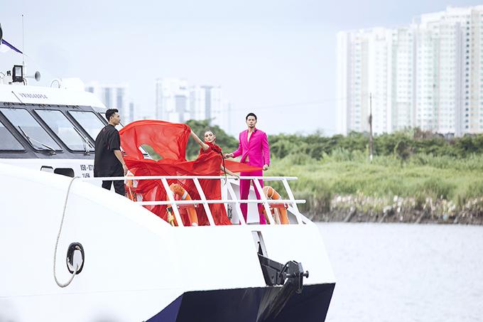 Chiều 30/6, hai nhà thiết kế Vũ Ngọc và Son tổ chức show diễn cá nhân lần thứ 3 trên bến Bạch Đằng (TP HCM). Vì thế sự xuất hiện của các người mẫu cũng vô cùng ấn tượng.